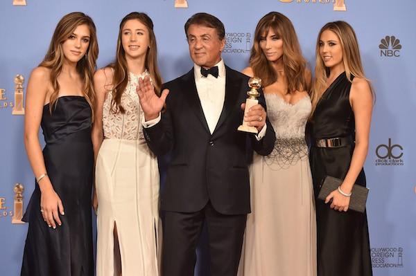 O ator Sylvester Stallone com suas três filhas e a esposa no Globo de Ouro 2016 (Foto: Getty Images)