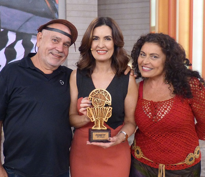 Fátima recebeu o carinho e lembrança dos convidados do 'Encontro' (Foto: Vinícius Cunha/Gshow)