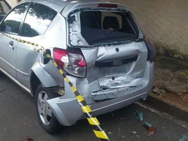 Veículo estava estacionado na rua e foi atingido no acidente (Foto: Reprodução/Arquivo Pessoal)