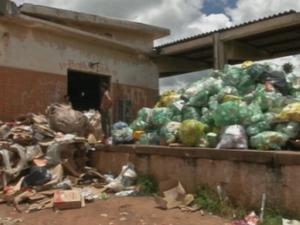 Moradores reclamam do acúmulo de lixo reciclável em Manduri (Foto: Reprodução/TVTEM)