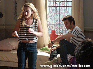 Meg conta que Martin providenciou jatinho para ajudar na sua volta (Foto: Malhação / TV Globo)