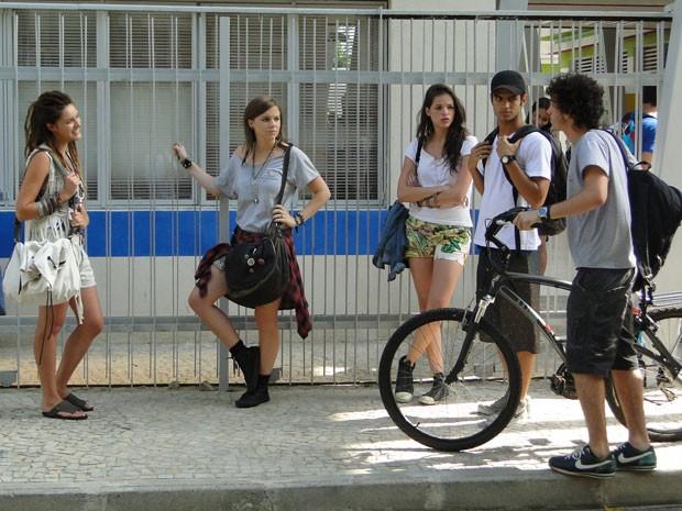 Entrona, Valentinha se mete na conversa de Dinho e se convida para curtir praião com a galera (Foto: Malhação / Tv Globo)