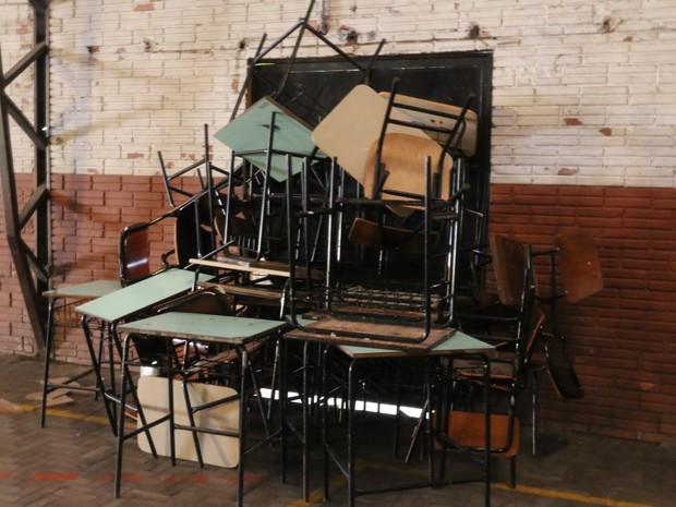 Para evitar invasões, estudantes bloquearam acessos (Foto: Hygino Vasconcellos/G1)