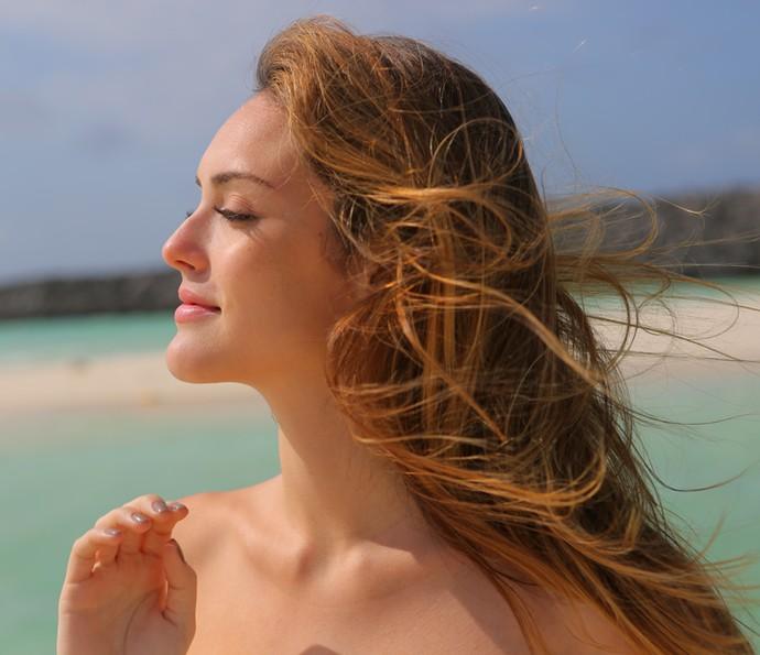 Isabelle Drummond aproveita o vento no rosto (Foto: Thiago Fontolan / Gshow)