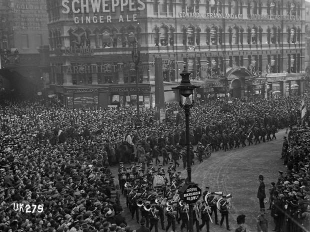 Tropas marcham em Londre após fim da Primeira Guerra, em 1918 (Foto: Flickr/National Library NZ)