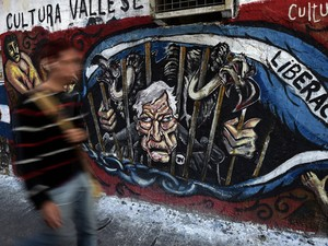 Grafite em Buenos Aires faz referência ao juiz norte-americano que decidiu a favor dos credores da Argentina (Foto: AFP)
