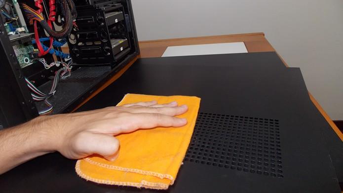 Limpe as placas de proteção do gabinete com um pano umedecido (Foto: Reprodução/Daniel Ribeiro)
