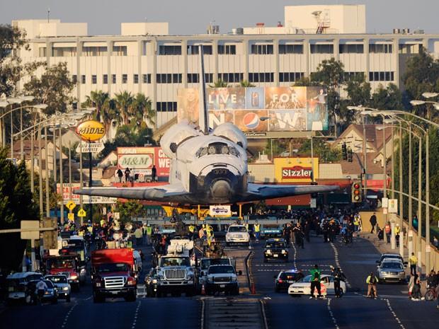 """O ônibus especial Endeavour chega à arena """"The Forum"""" para um parada durante seu trajeto para o California Science Center (Foto: Kevork Djansezian/AFP)"""