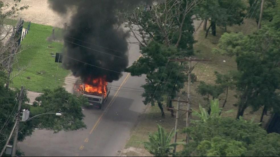 Caminhão é incendiado na manhã desta terça-feira (2), no Rio de Janeiro. (Foto: Reprodução / Tv Globo)