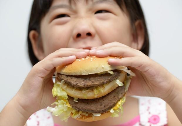 De acordo com o Instituto Brasileiro de Geografia e Estatística (IBGE), 15% das crianças brasileiras com idade entre 5 e 9 anos têm obesidade atualmente (Foto: Shutterstock)