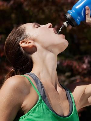 Corredora bebendo água em squeeze (Foto: Getty Images)