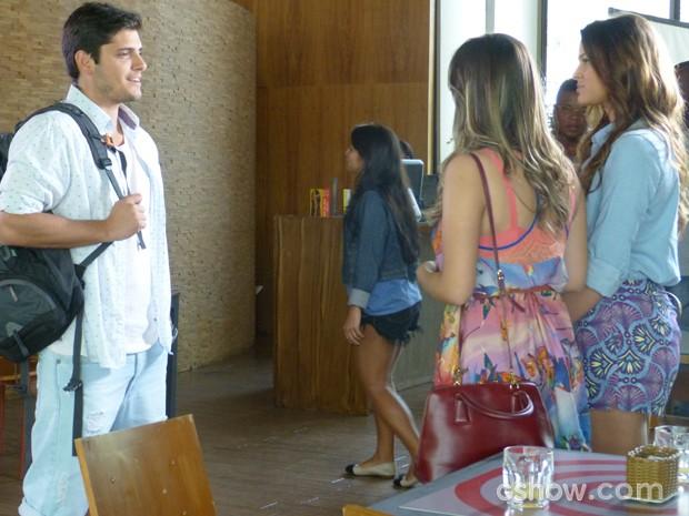 André conversa com Luiza e Bárbara (Foto: Em Família / TV Globo)