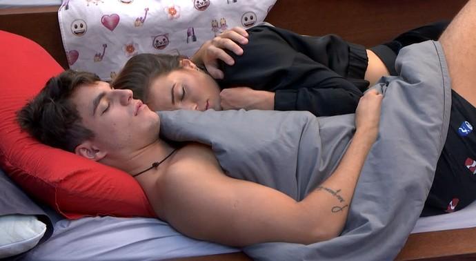 Antônio e Alyson dormem agarradinhos na tarde desta segunda (Foto: Telecinco)