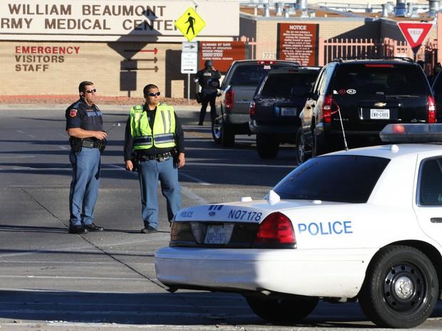 Polícia da cidade de El Paso bloqueia área próxima ao hospital onde ocorreu o ataque na noite desta terça-feira (6) no Texas. (Foto: Victor Calzada/El Paso Times/Reuters)