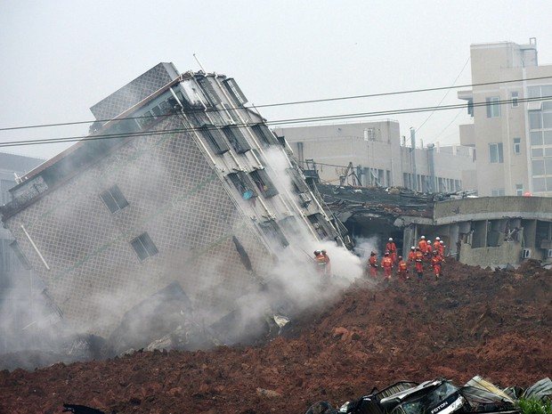 Edifício desmorona após deslizamento de terra.  (Foto: Associated Press)