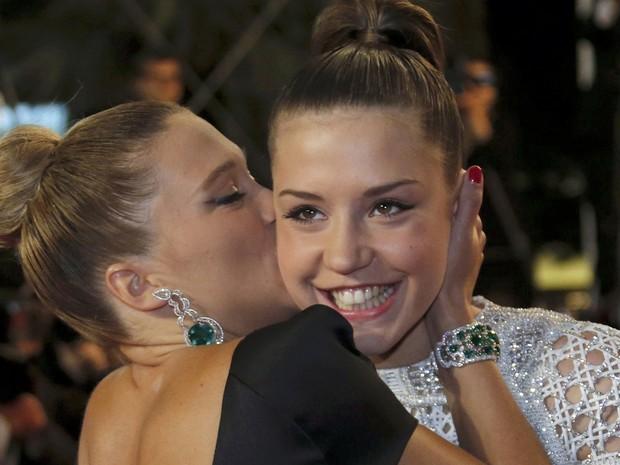 23/05/2013 - Lea Seydoux beija Adele Exarchopoulos antes da exibição do filme 'La Vie D'Adele' (Foto: Reuters/Regis Duvignau)