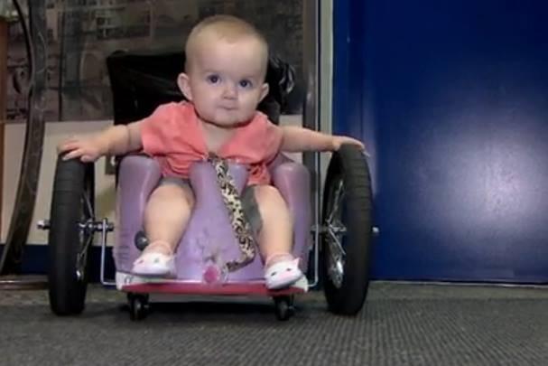 Eva em sua cadeira de rodas construída pelos pais (Foto: Reprodução)