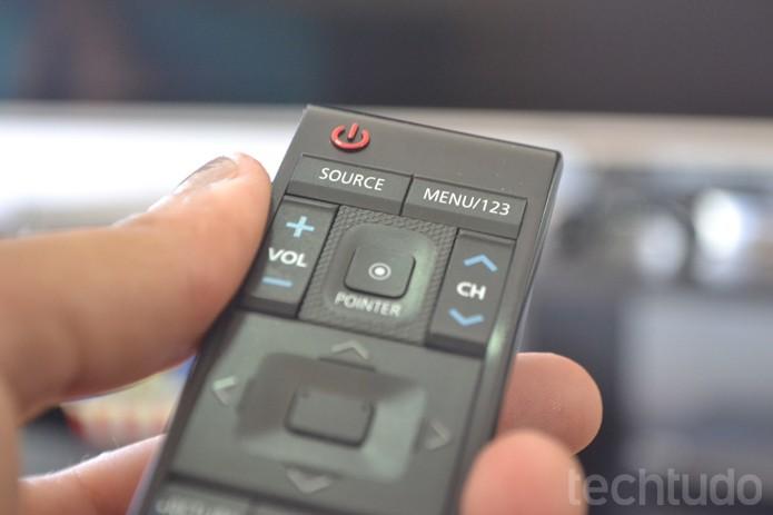 Controle Remoto de Smart TV Samsung com 78 polegadas e tela curva 4K (Ultra HD) (Foto: Melissa Cruz / TechTudo)