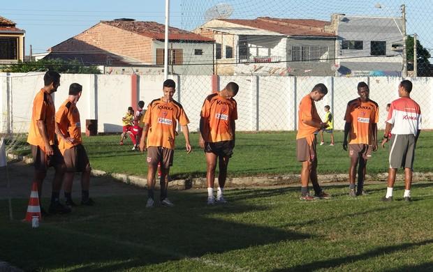 Ronald Braga comandando os trabalhos físicos na Pajuçara (Foto: Denison Roma / Globoesporte.com)