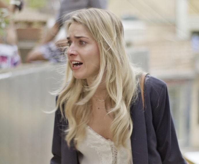 Tina começa a chorar quando descobre que está na favela (Foto: TV Globo)