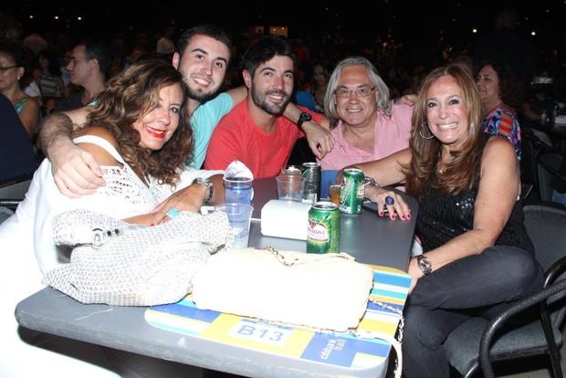 Susana Vieira assiste a show de Lulu Santos com a família (Foto: Alex Palarea / AgNews)