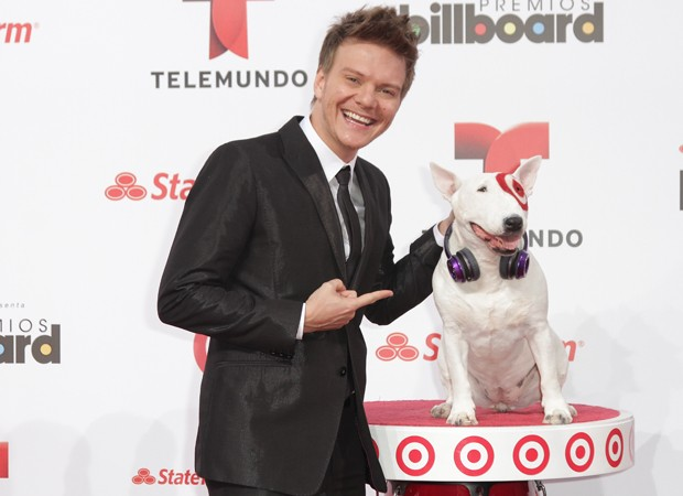 Michel Teló com o mascote bull terrier do 'Billboard Latin Music Awards' (Foto: John Parra / Getty Images North America / AFP)