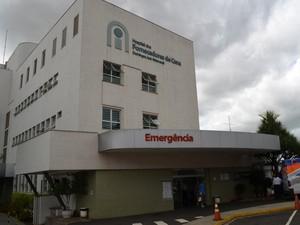 Homem passou por cirurgia na mão esquerda em hospital de Piracicaba (Foto: Fernanda Zanetti/G1)