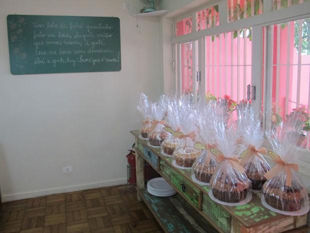 Renata produz em média 200 bolos de 15 sabores por dia  (Foto: Lívia Machado/G1)