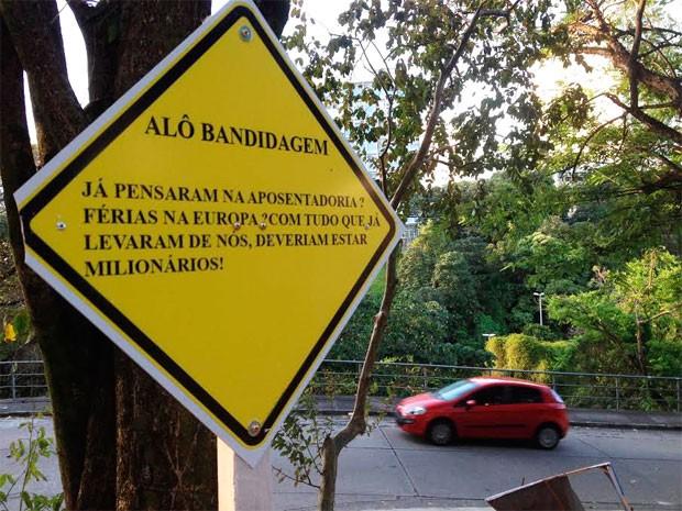Estudantes de direito da Ufba espalham placas ironizando violência (Foto: Alan Tiago/G1)