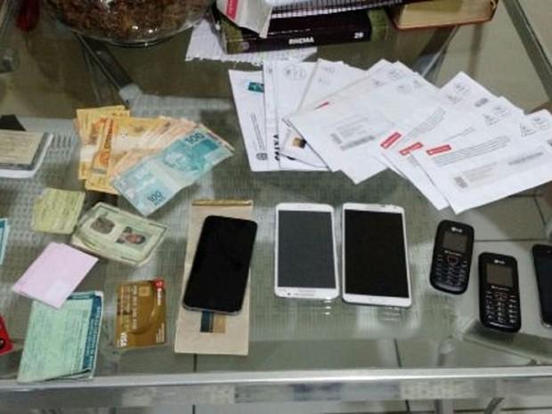 Documentos, armas, celulares e outros equipamentos (Foto: Divulgação/Agência Alagoas)