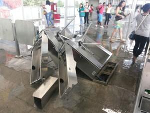 Catracas quebradas em estação da CPTM em São Paulo (Foto: Júlio Vieira/VC no G1)