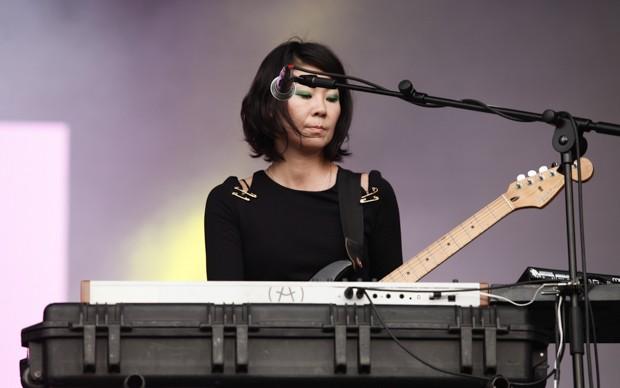 A tecladista que acompanha St. Vincent toca para o público do palco Axe (Foto: Caio Kenji/G1)