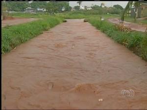 Chuva em Araguaína provoca alagamentos e preocupa moradores (Foto: Reprodução/TV Anhanguera)