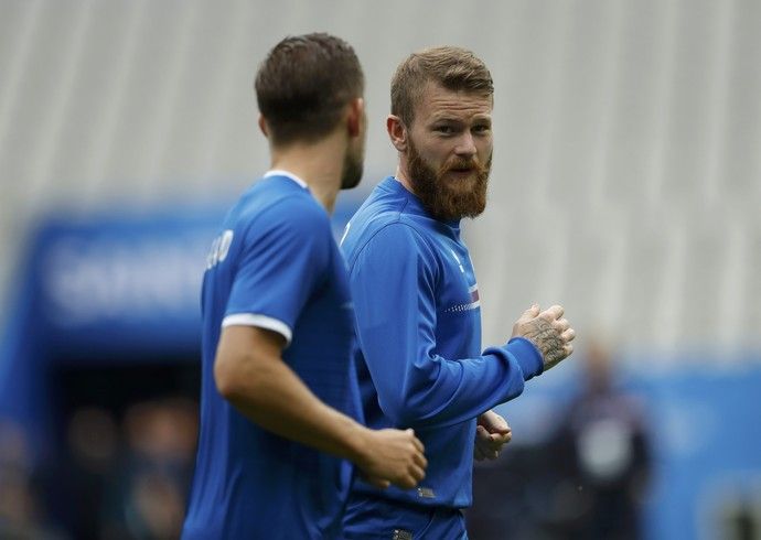 Gunnarsson no treino da Islândia (Foto: REUTERS/Lee Smith)