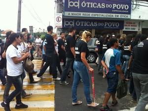Segurando um cartaz de protesto a aposenta Maria Helena manifestou por justiça. (Foto: Patrícia Belo / G1)