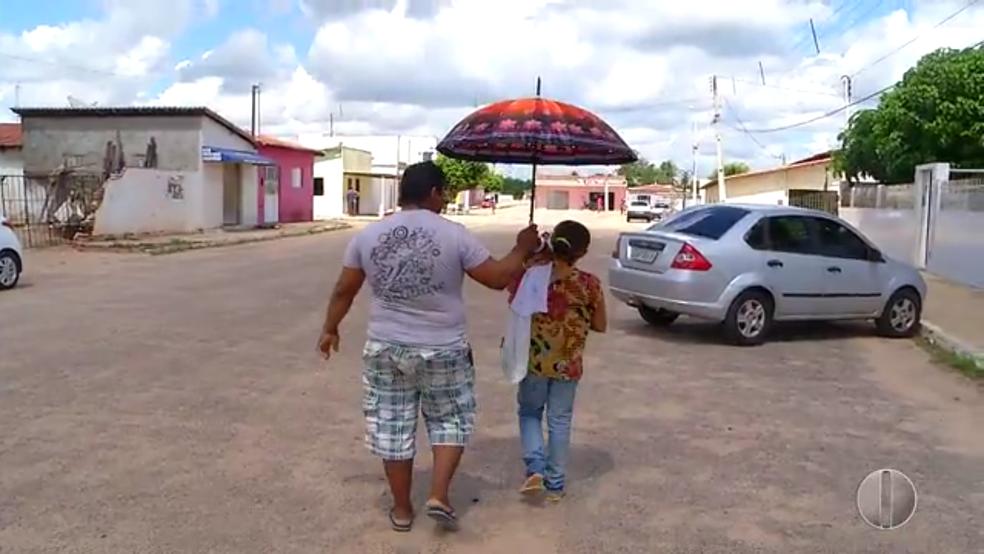 Casal pegou carona até Igapó e caminhou por mais de duas horas antes de chegar a universidade (Foto: Reprodução/Inter TV Cabugi)