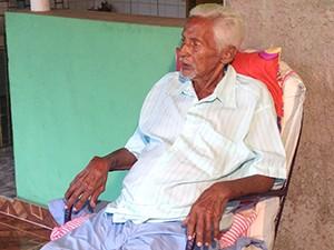 Raimundo Cornélio, 82, convive com a esquistossomose há anos (Foto: Clarissa Carramilo / G1)
