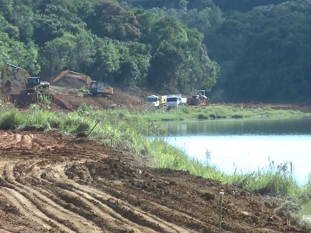 Obras da Sabesp na represa Atibainha entre Nazaré Paulista e Joanópolis (Foto: Reprodução/TV Vanguarda)