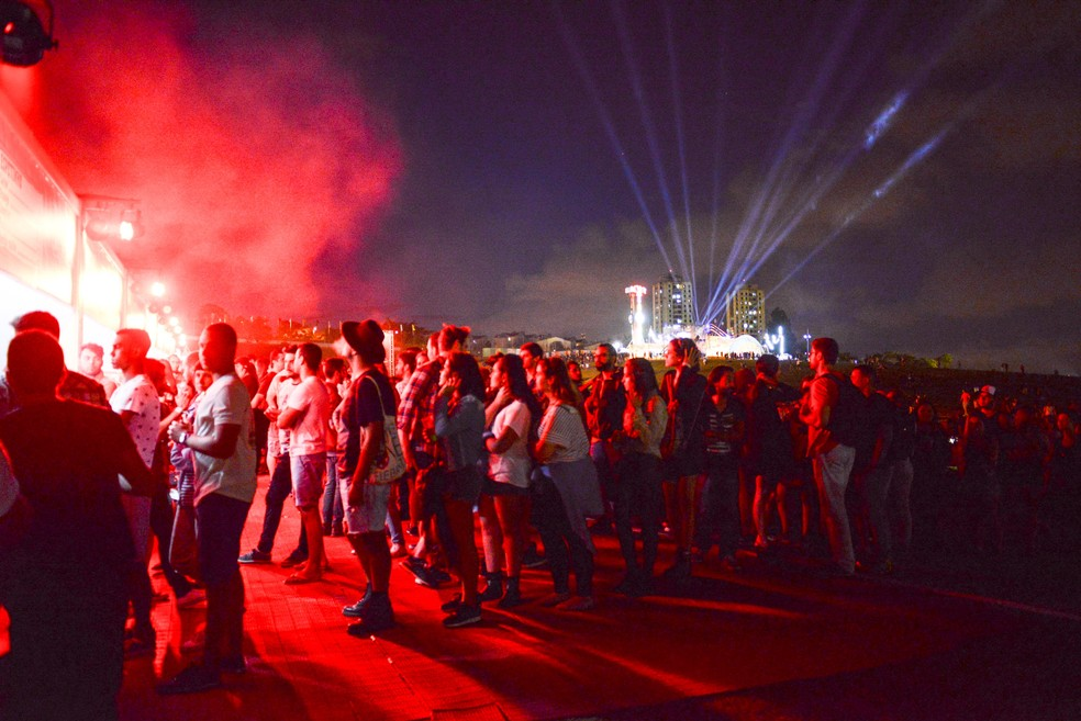 Longas filas para comprar bebida marcaram primeiro dia de Lollapalooza 2017 (Foto: Guilherme Tosetto/G1)