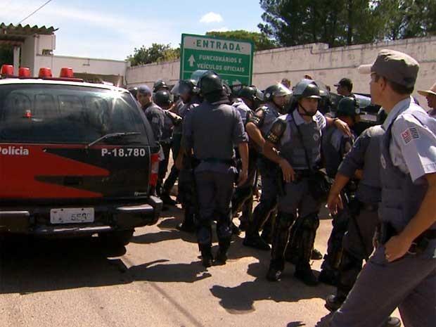 Tropa de Choque da Polícia Militar tira grevistas à força para permitir entrada de presos em penitenciária de Hortolândia, SP (Foto: Reprodução EPTV)