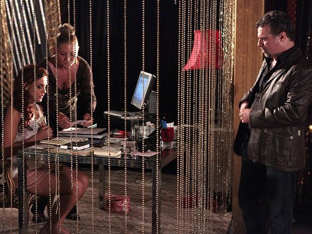 Irina ensina Rosângela a fazer o caixa da boate (Foto: Salve Jorge/TV Globo)