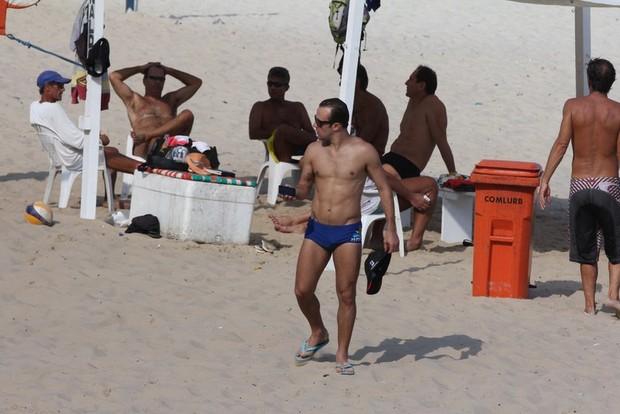 Roger Flores na praia da Barra da Tijuca, RJ (Foto: Fábio Martins/AgNews)