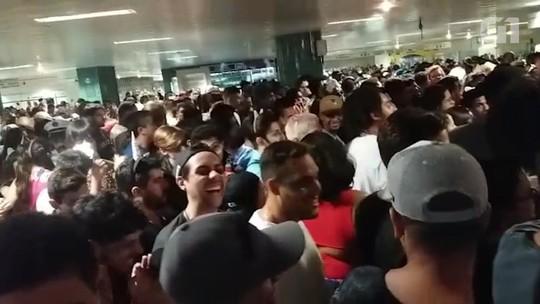 VÍDEO: estação República do Metrô fica lotada de foliões