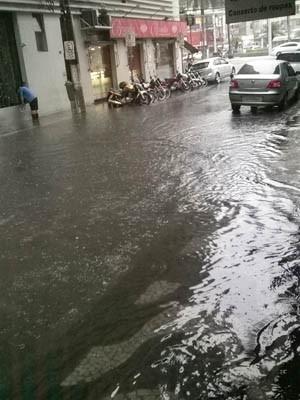 Rua Goitacazes, no bairro do Gonzaga, ficou completamente alagada. (Foto: Emerson Calçada/VC no G1)