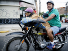 Cachorro 'motoqueiro' é flagrado no Peru