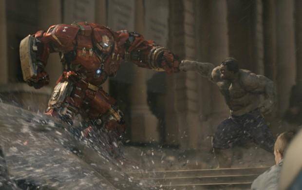 Homem de Ferro quebra o pau com o Hulk em cena de 'Era de Ultron' (Foto: Divulgação)