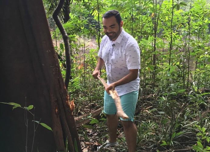 Oyama 'tocou' uma samaúma, conhecida como 'telefone da floresta' (Foto: Paneiro)