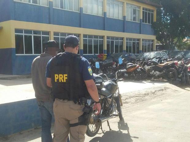 Motorista é preso alcoolizado e sem habilitação (Foto: Divulgação/PRF)