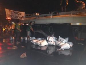 Carro-pipa em protesto em Teresina, no Piauí (Foto: G1)