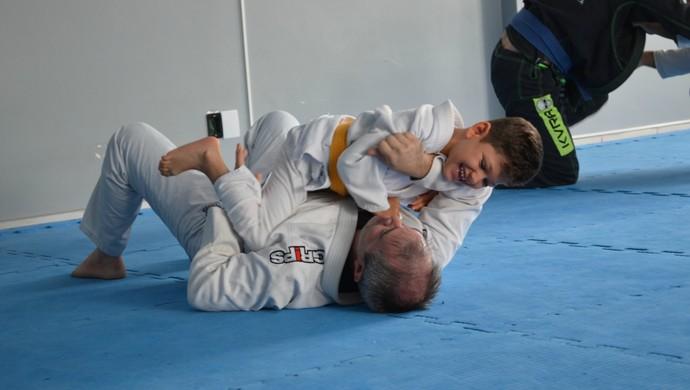 Mateus lutando jiu-jítsu com o pai (Foto: Eliete Marques)
